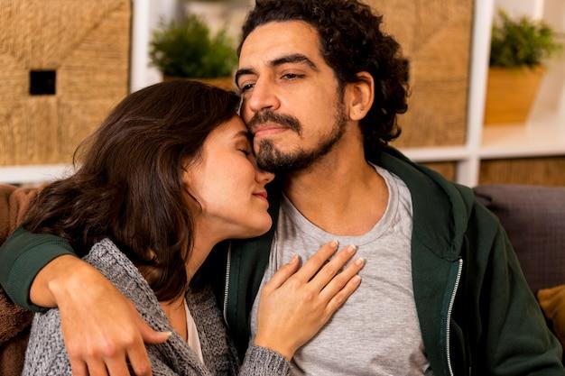 Vrouw en echtgenoot houden elkaar vast