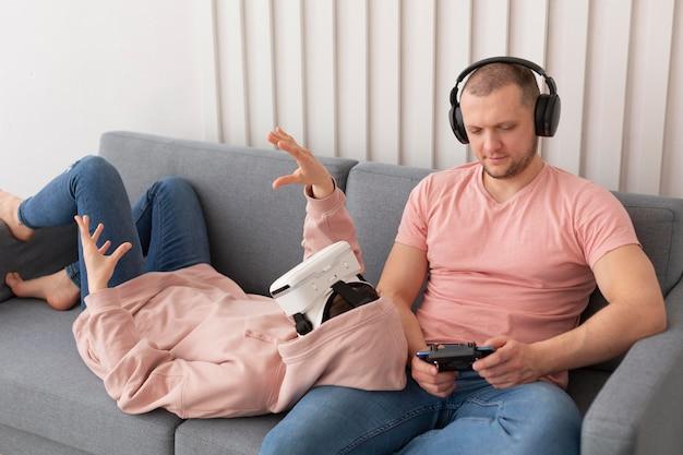 Vrouw en echtgenoot spelen thuis videogames