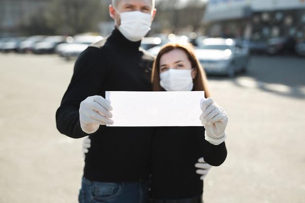 Vrouw en een man in beschermende medische maskers