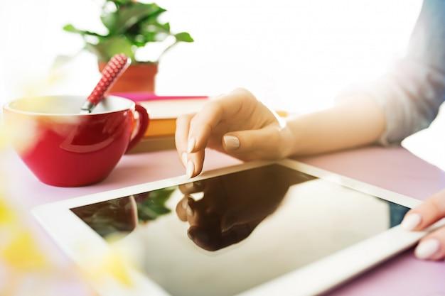 Vrouw en fruitdieet terwijl het werken aan computer in bureau