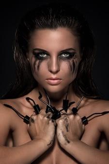 Vrouw en gebroken mascaraborstels