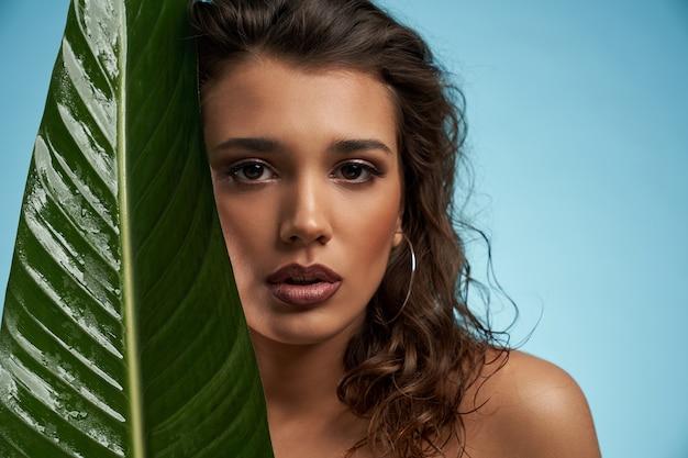Vrouw en groot groen blad geïsoleerd