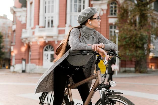Vrouw en haar fiets in de stad