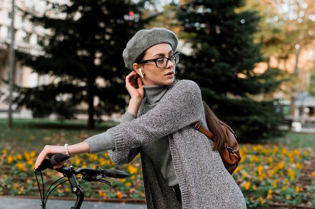 Vrouw en haar fiets luisteren naar muziek