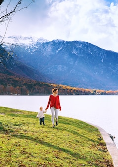 Vrouw en haar kind blij met de natuur familie brengt de herfstvakantie door in een prachtig bergmeer