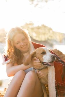 Vrouw en hond gewikkeld in een deken