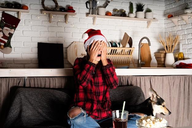 Vrouw en hond kijken naar films thuis