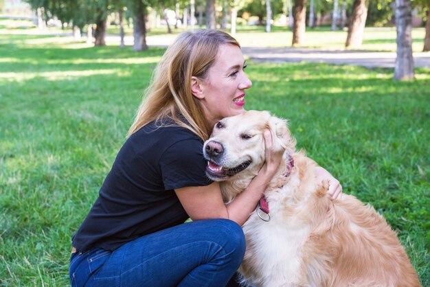 Vrouw en hond retriever in het park