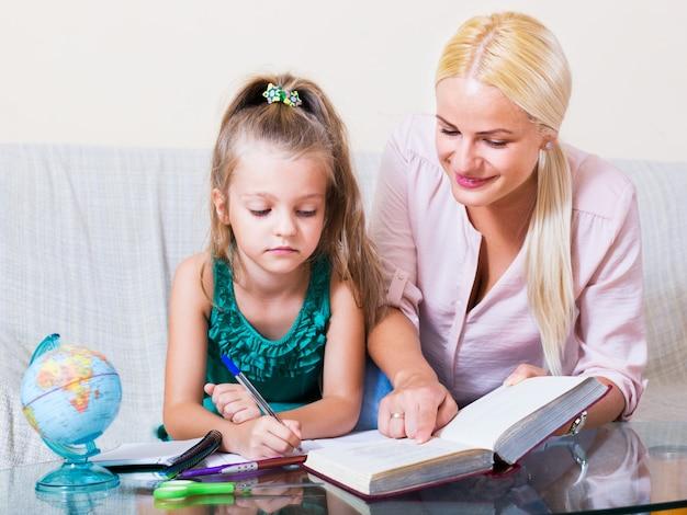 Vrouw en kind die les hebben