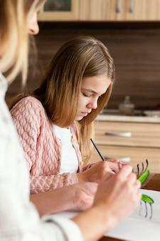 Vrouw en kind schilderen vlinders close-up