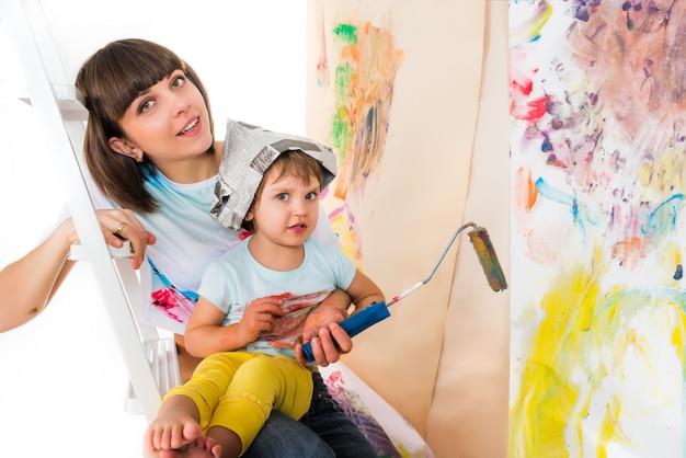 Vrouw en klein kind zittend op trapladder