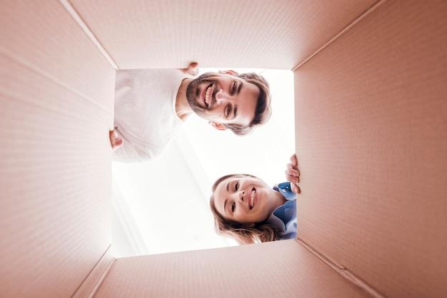 Vrouw en man aan de onderkant van de doosweergave