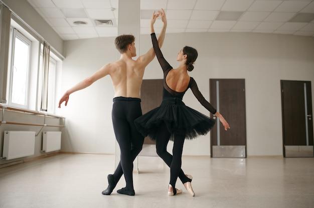 Vrouw en man balletdansers in actie