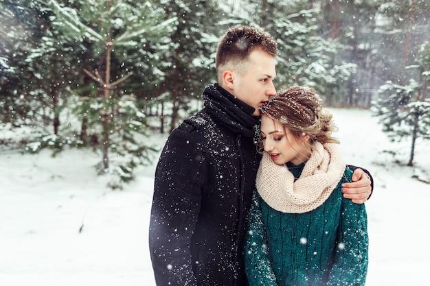 Vrouw en man dicht omhooggaand portret die samen in openlucht koesteren. liefdevolle schattige tedere paar verliefd samen wandelen in opzichtige bos