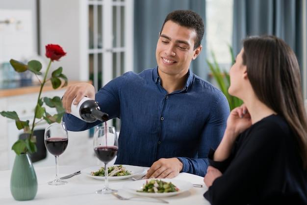 Vrouw en man die een romantisch diner hebben samen