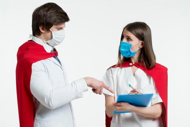 Vrouw en man die maskers dragen
