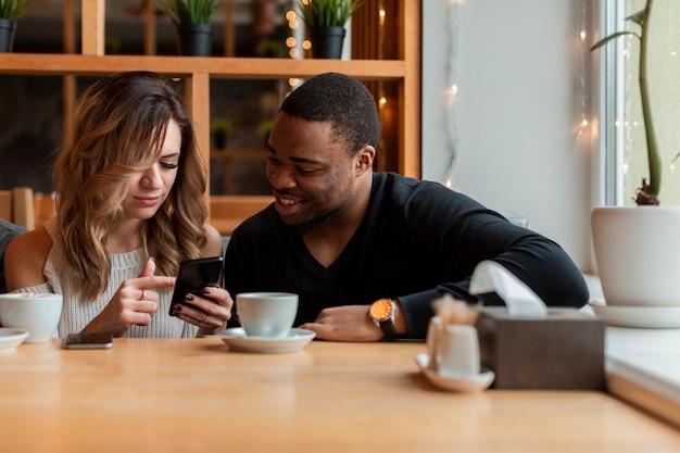 Vrouw en man die mobiel haar controleren
