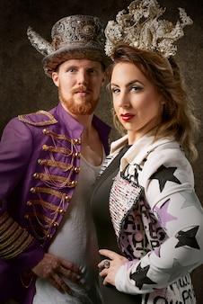 Vrouw en man dragen squirly kleding met kronen