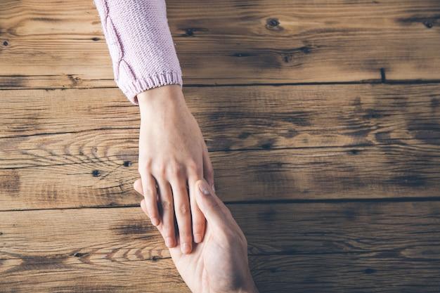 Vrouw en man handen op bureau