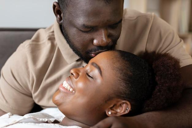 Vrouw en man hebben samen wat quality time binnenshuis