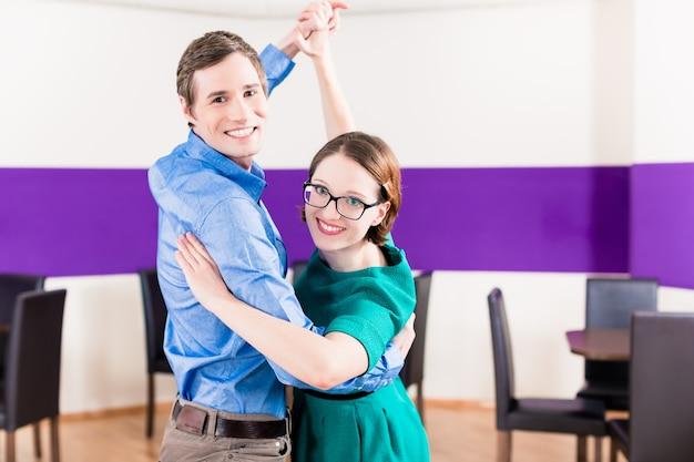 Vrouw en man in dansschool leren
