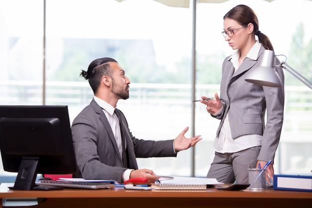 Vrouw en man in het bedrijfsconcept