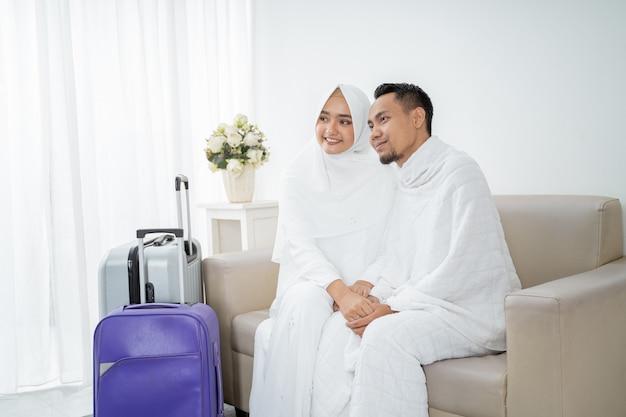 Vrouw en man in witte traditionele kleding voor ihram