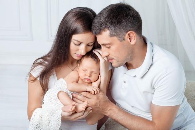 Vrouw en man met een pasgeboren baby