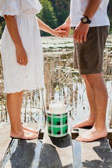 Vrouw en man op blote voeten hand in hand