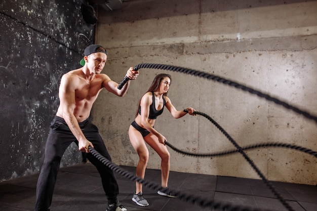 Vrouw en man paar opleiding samen doen vecht touw training