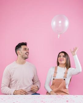 Vrouw en man spelen met luchtballon