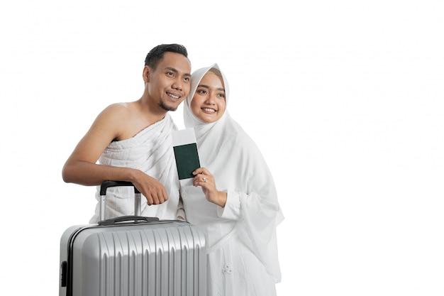 Vrouw en man van moslimparen klaar voor hadj
