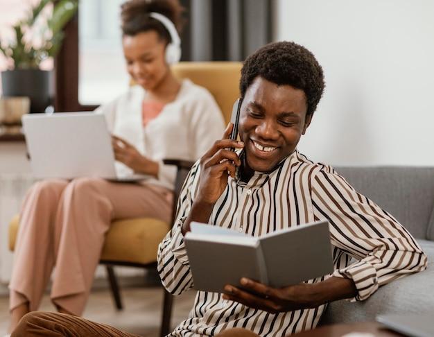 Vrouw en man werken op afstand vanuit huis