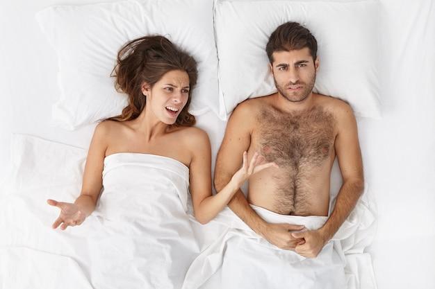 Vrouw en man zitten in bed bovenaanzicht