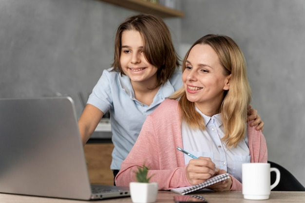 Vrouw en meisje die aan laptop werken