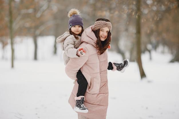 Vrouw en meisje in een park