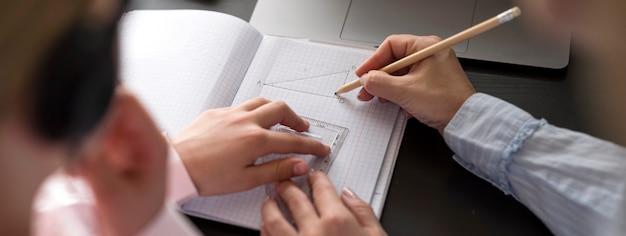 Vrouw en meisje maken van aantekeningen