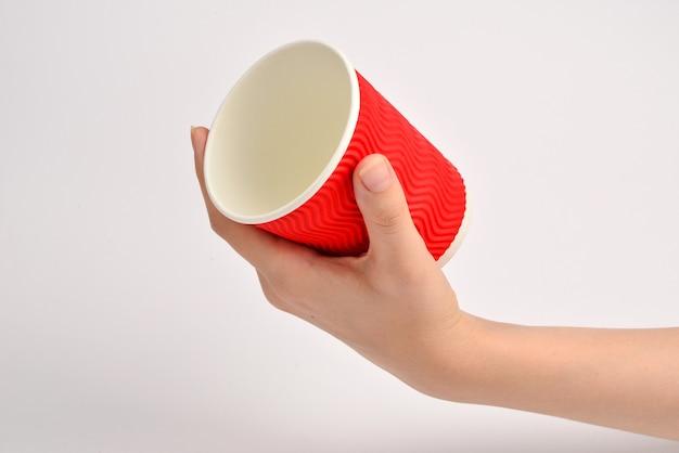 Vrouw en met papieren beker voor verschillende dranken geïsoleerd op wit.