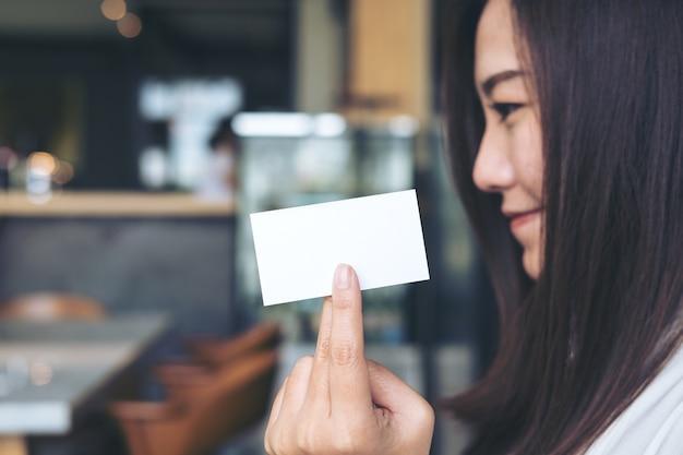 Vrouw en naamkaart