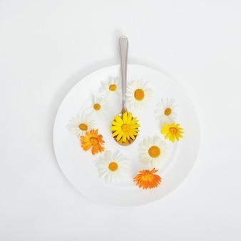 Vrouw en prachtige lentebloemen in plaat, handen en huidverzorging, natuurlijke cosmetica, zomerbloemextract. anti-aging cosmetica voor handen en lichaam, lichaamsverzorgingscrème. professionele hydraterende cosmetica