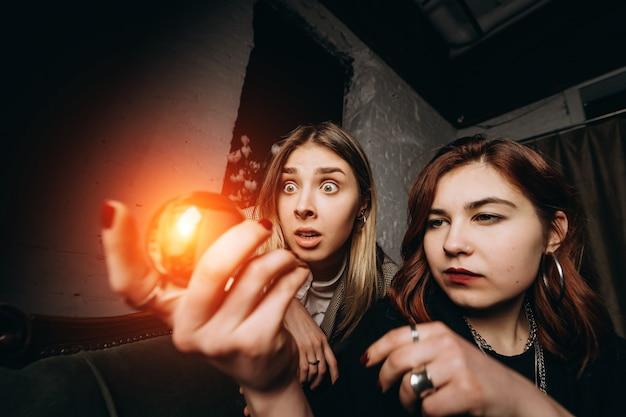 Vrouw en vrouw waarzegster met kristallen bol