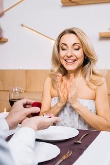 Vrouw enthousiast over wordt voorgesteld