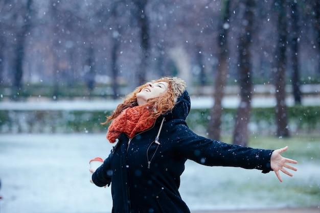 Vrouw ervaart vrijheid onder de sneeuw