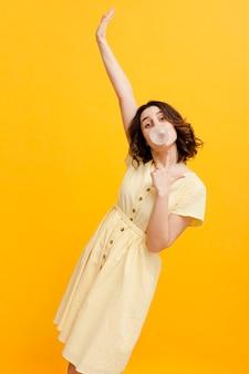Vrouw eten kauwgom