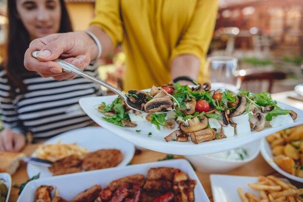 Vrouw eten serveren