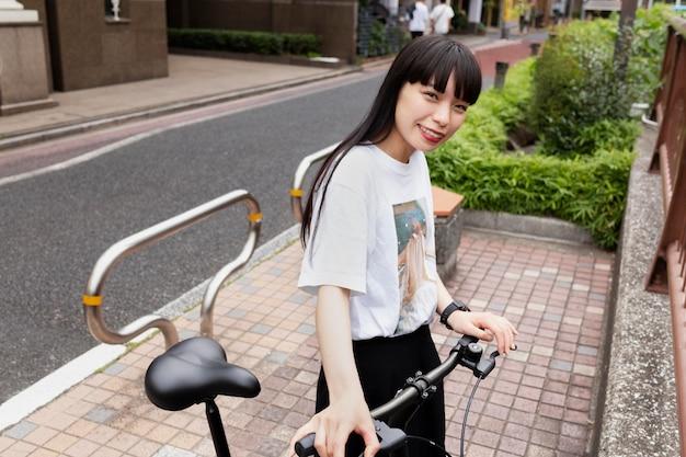 Vrouw fietst in de stad