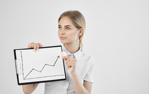 Vrouw financier cryptocurrency bitcoin opstaan verhogen internet. hoge kwaliteit foto