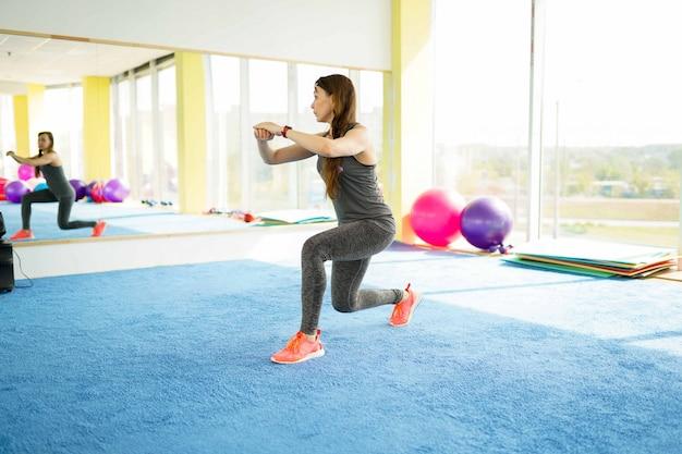 Vrouw fitness. mooie blanke senior vrouw met bal in de sportschool