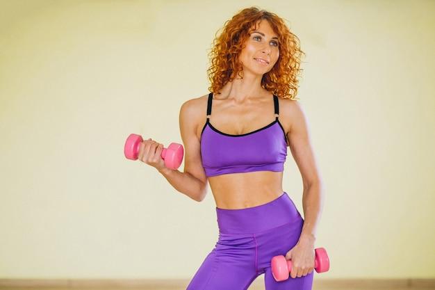 Vrouw fitness trainer met halters