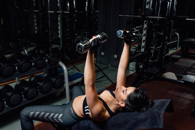 Vrouw fitnesstraining met kettlebell training in de sportschool